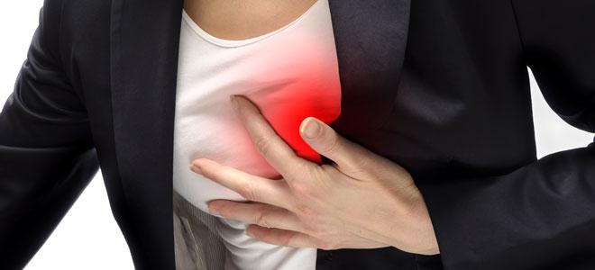 Persona con dolor de pecho por ansiedad