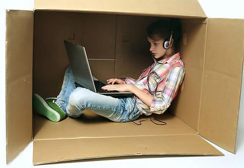 Adolescente dentro de una caja de cartón haciendo imposible la comunicación con adolescentes