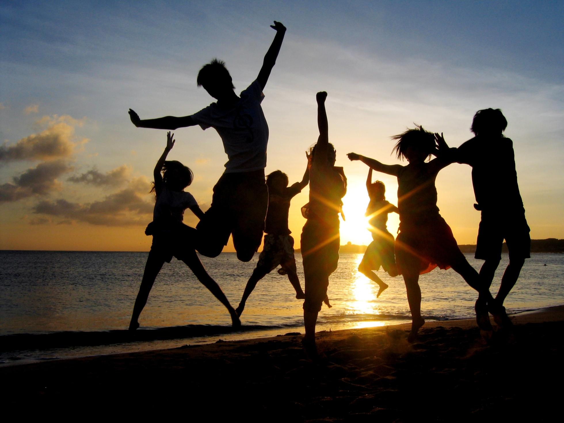 Pandilla de adolescentes contentos en la playa