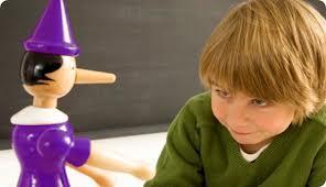 Niño con un muñeco de pinocho conocido por contar mentiras