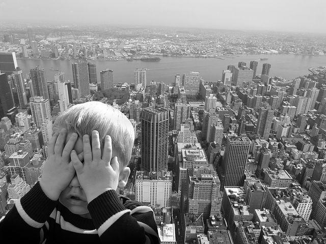 niño que esta teniendo miedo o fobia a las alturas