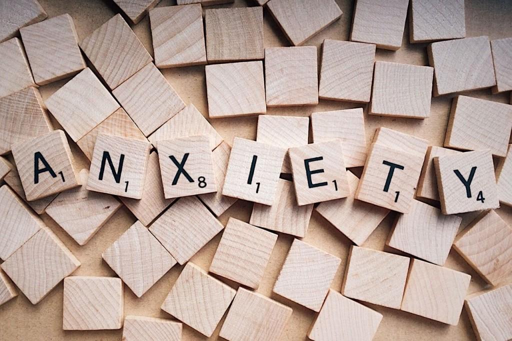 Piezas que muestran la palabra ansiedad la cual se presenta en el miedo