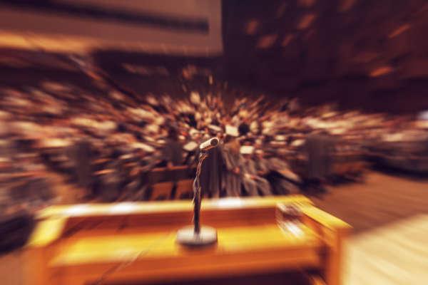Persona con ansiedad por hablar en publico