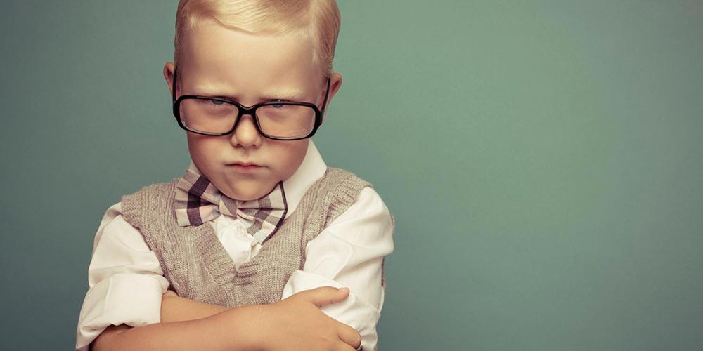 Niño enfadado con problemas de comportamiento