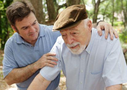 Hombre cuidando a una persona con alzheimer