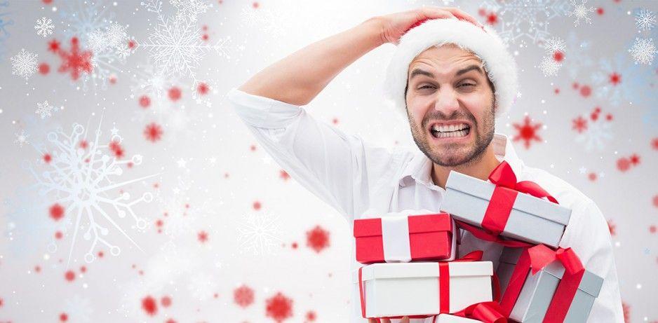 Persona con regalos y sentimientos de navidad