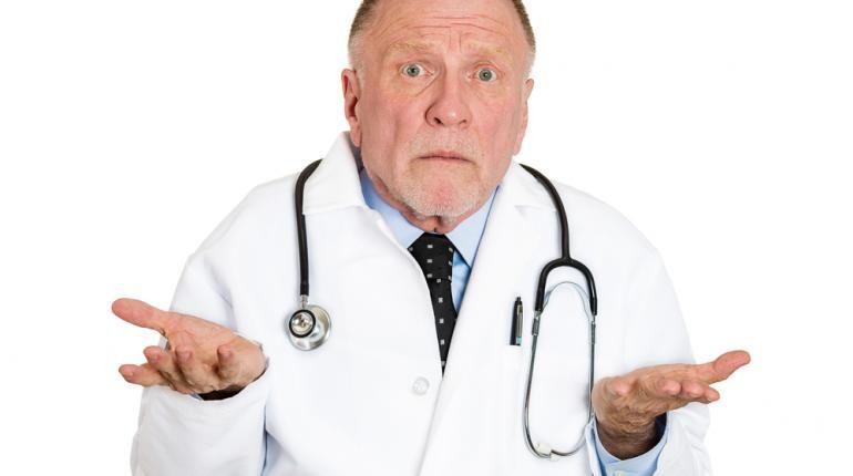 Doctor con expresión corporal de no entender la percepción de otra persona