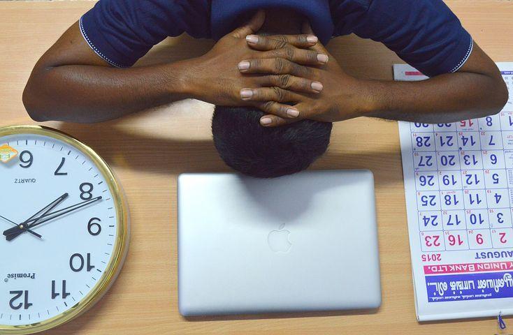 Persona con ansiedad en la mesa de su trabajo
