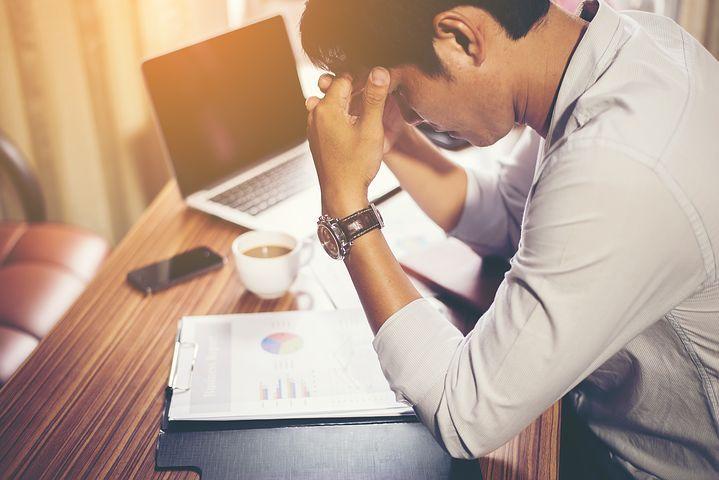 persona con estrés y ansiedad en el trabajo
