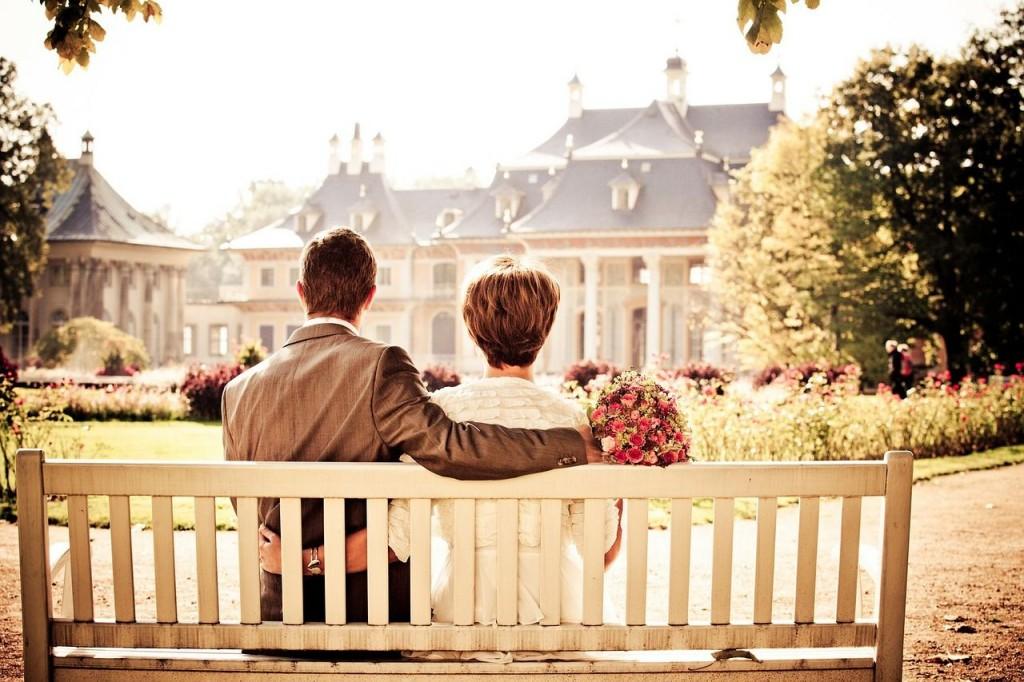 Dos personas en una relación de pareja sentados en un banco