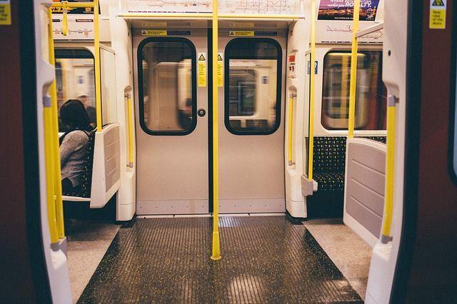 Puerta abierta del metro lugar donde se suele padecer agorafobia con mas frecuencia