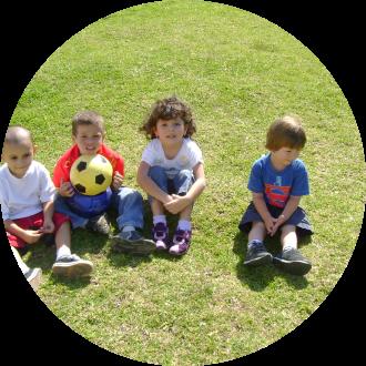 Niños en un taller al aire libre