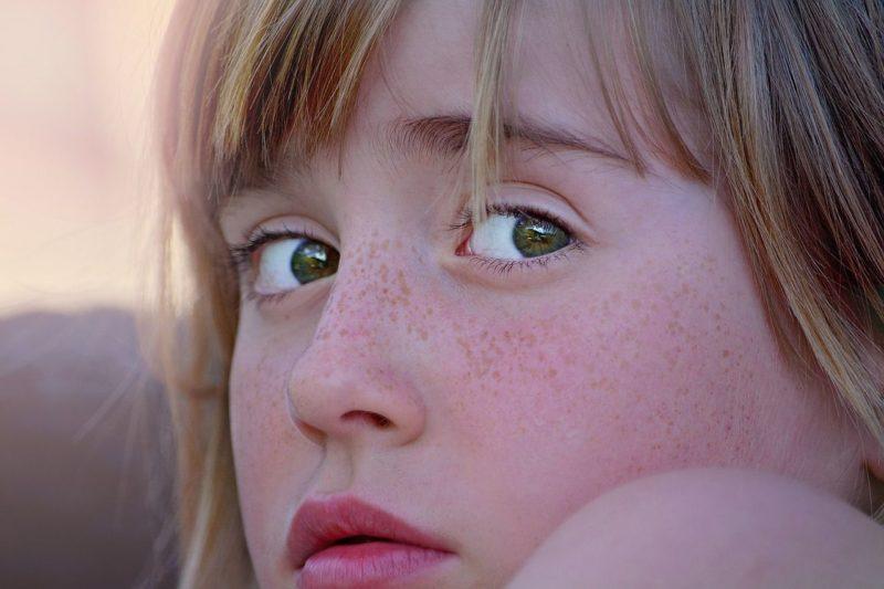 Retrato de una niña con ansiedad