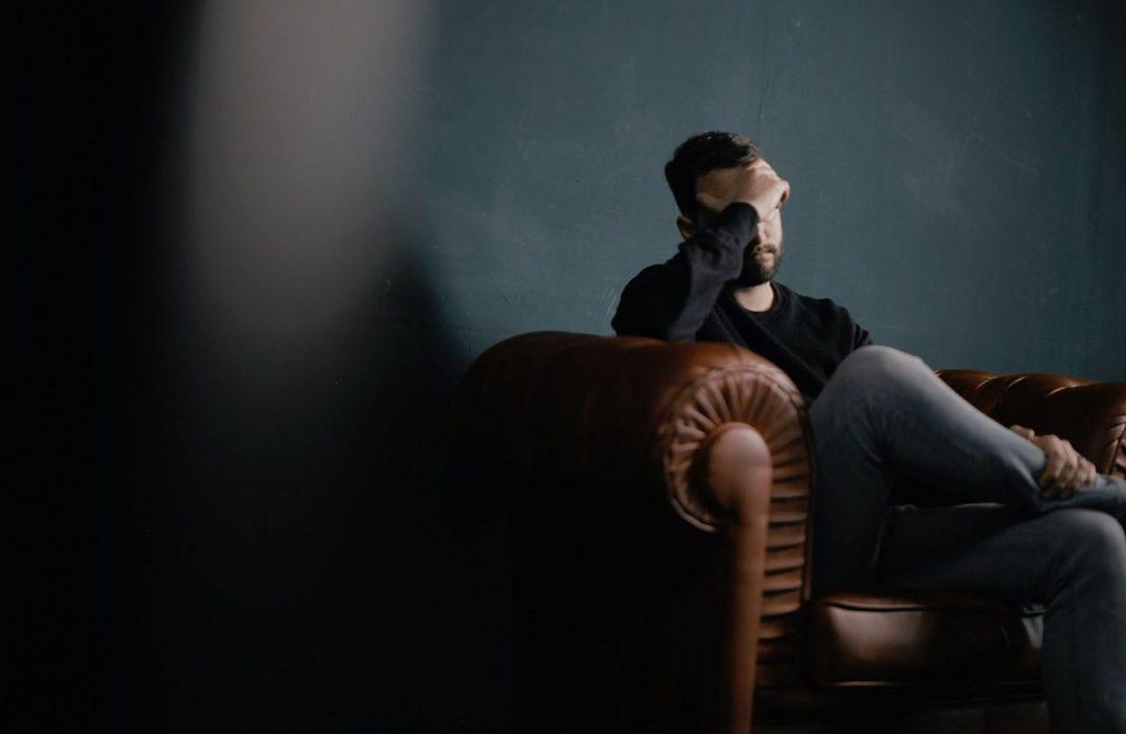 persona sufriendo por obsesiones que requiere un psicologo para obsesiones