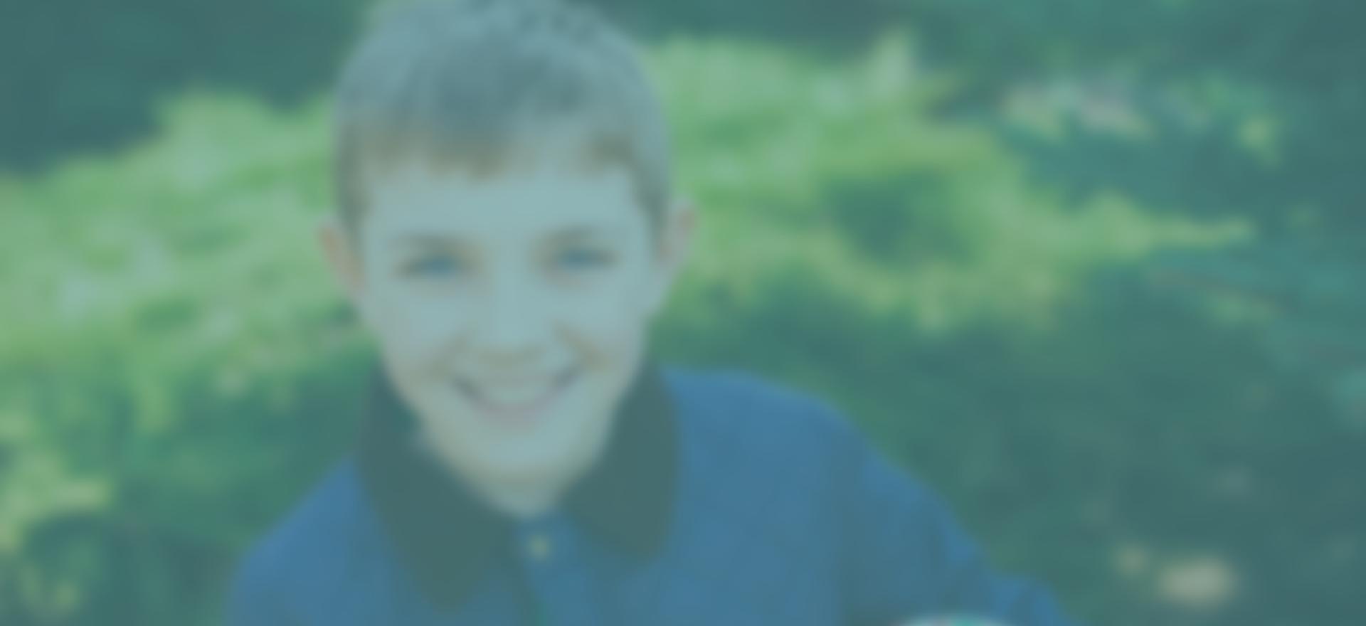 Imagen de un niño alegre del taller de crecimiento personal