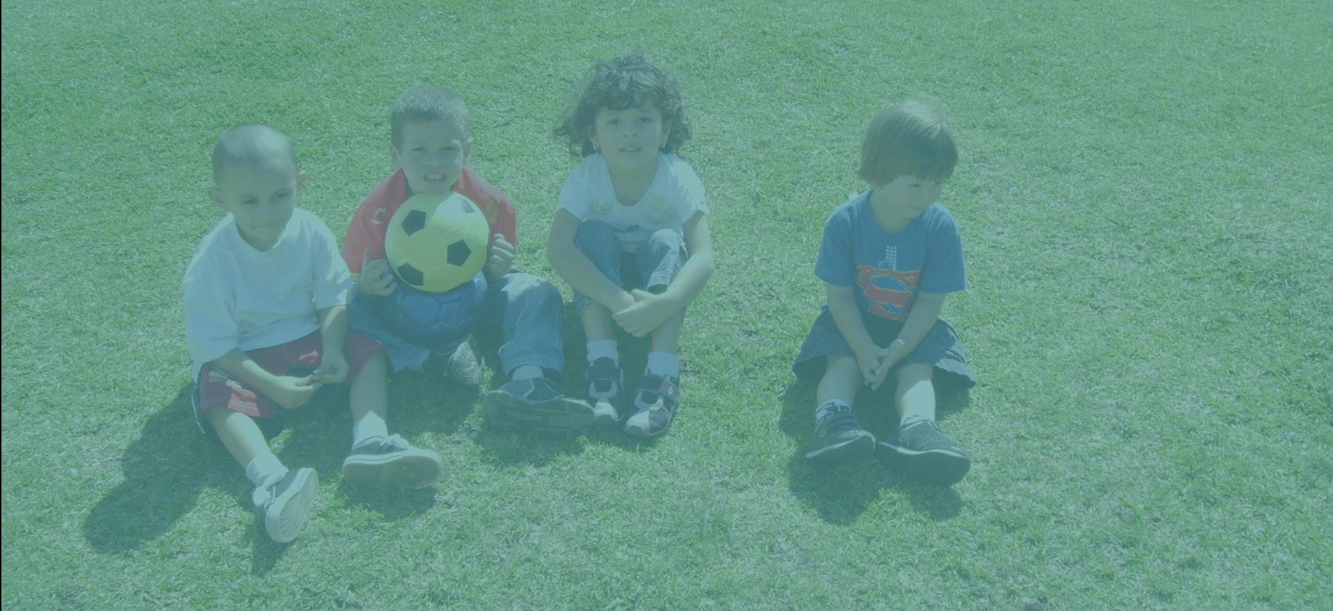 Niños jugando y demostrando sus habilidades sociales