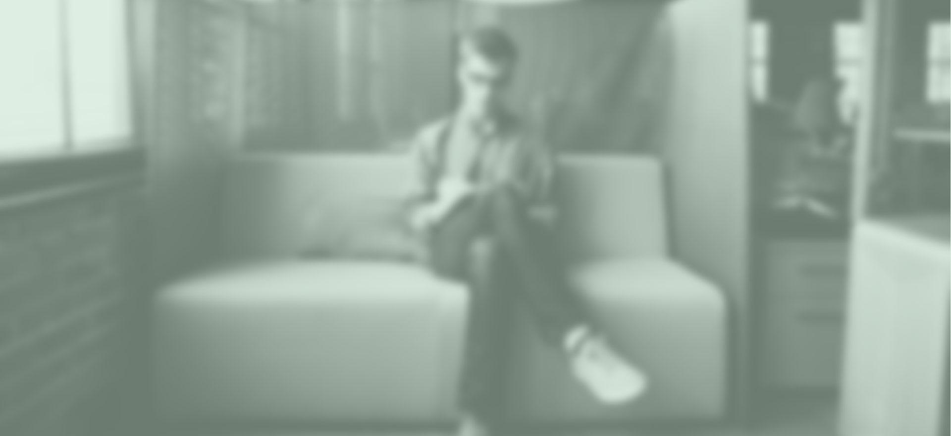 Adulto sentado esperando para una terapia