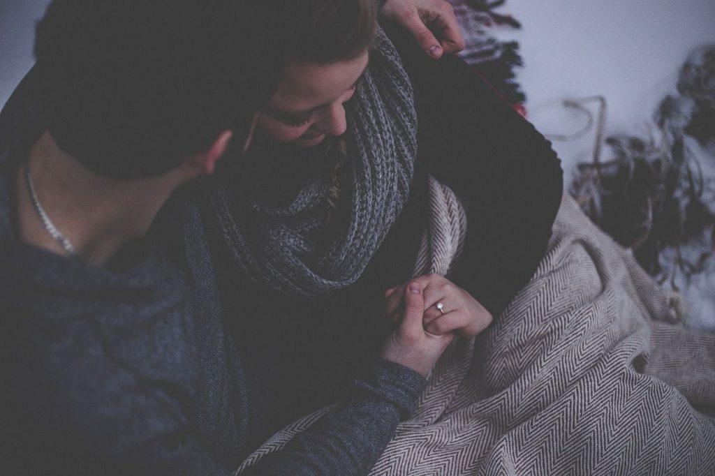 persona abrazando a otra que ha perdido a un ser querido