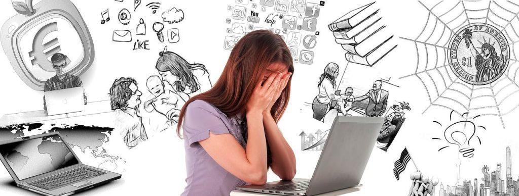 Persona con estrés laboral viendo todas las tareas que tiene que hacer