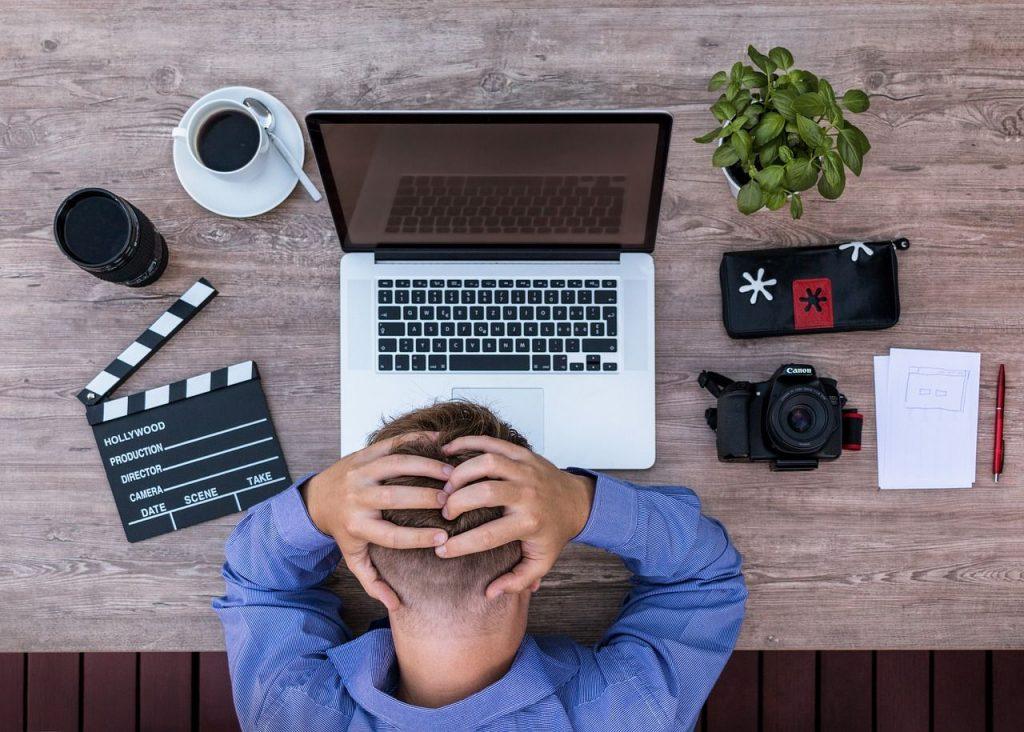 Persona con síntomas de estres laboral