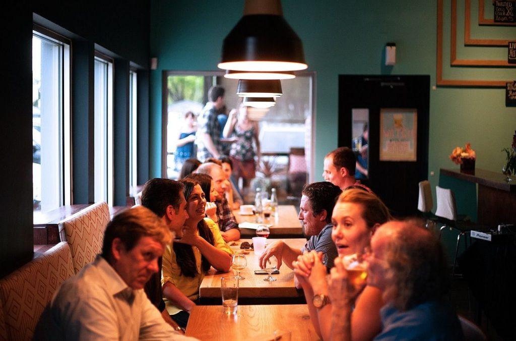 Personas en una cena navideña hablando amistosamente