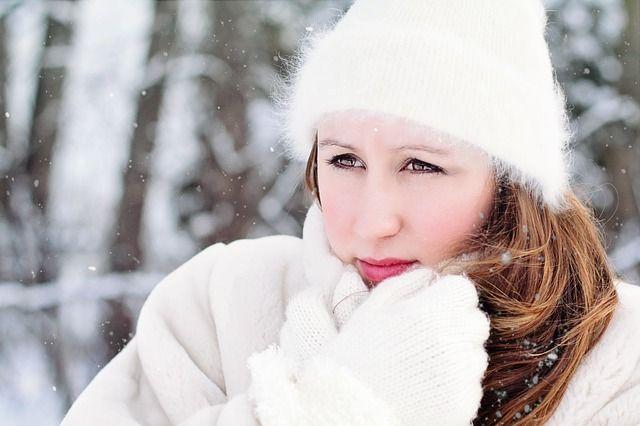 Personas abrigada por la nieve en navidad sin estrés ni ansiedad