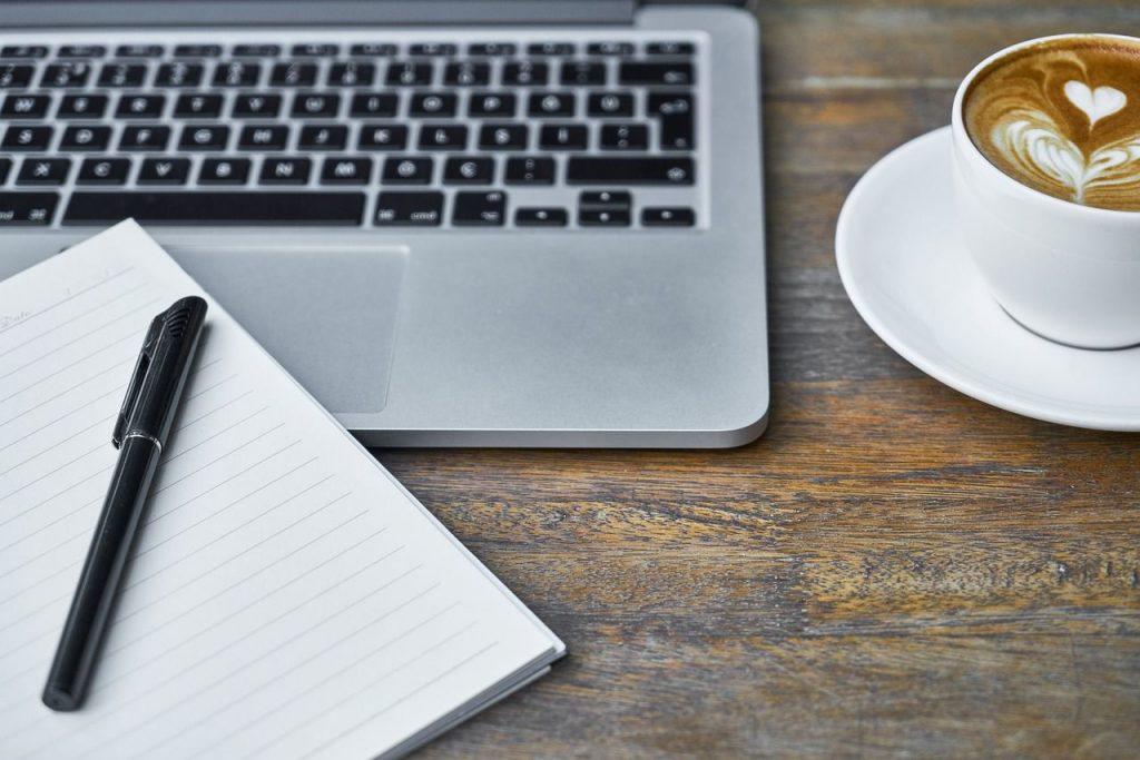 Ordenador y cafe en la mañana que es cuando se obtiene un mayor rendimiento laboral