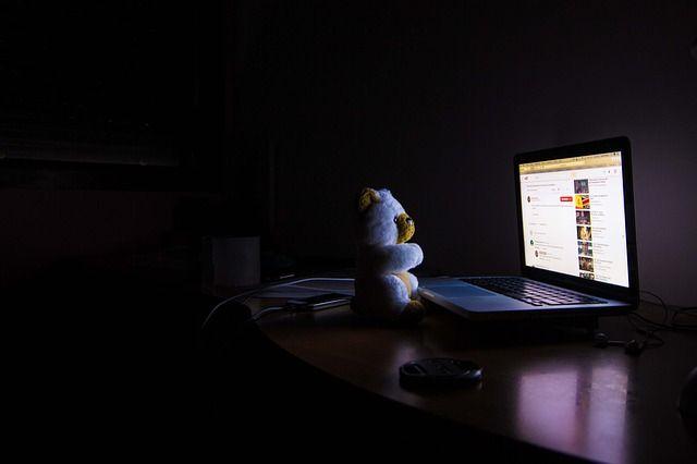 Ordenador encendido por la noche a oscuras por insomnio
