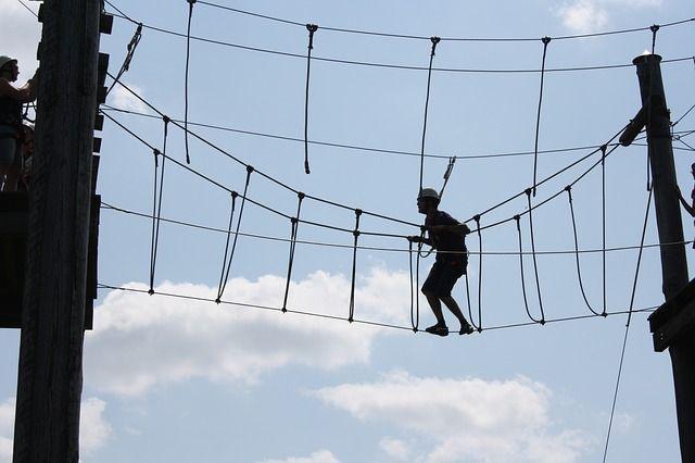 Persona con resiliencia atravesando un puente de cuerda