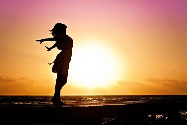 Persona en una puesta de sol ejemplo de resiliencia