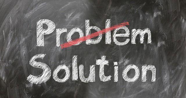 Pizarra con la palabra problema tachada y la palabra solución buscar soluciones es un habito de persona resiliente