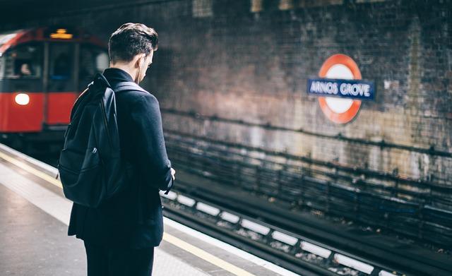Hombre sin agorafobia tras el tratamiento con un psicólogo