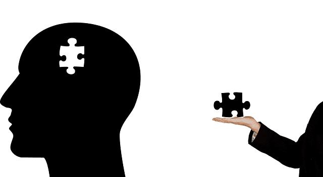 Imagen de un psicólogo colocando una pieza de puzzle en una cabeza