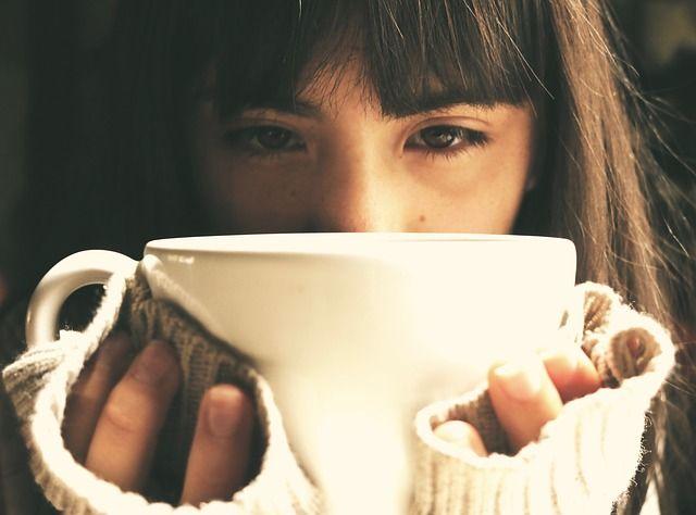 Mujer con una taza en la mano con sintomas de depresión