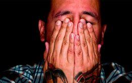 Persona con las manos en la cara sufriendo uno de los tipos de ansiedad