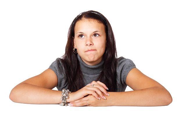 Persona con la mirada perdida preocupada padeciendo ansiedad generalizada uno de los tipos de ansiedad