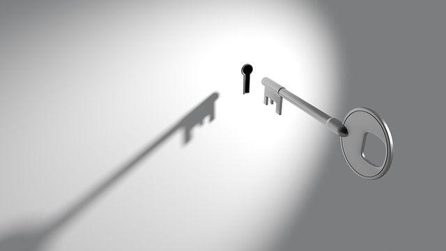 Llave encajando en cerradura analogía de la importancia de dar con las claves para un correcto tratamiento trastorno estrés postraumático
