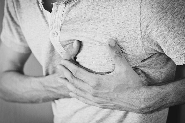 Persona con la mano en el corazón por que padece síntomas de ansiedad una taquicardia