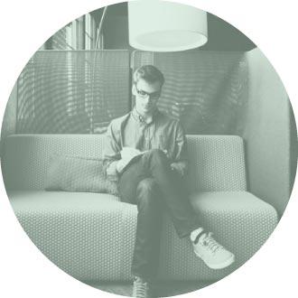 hombre sentado tranquilamente en un sofá