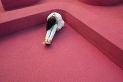 persona sentada con ansiedad tratando de superar la agorafobia