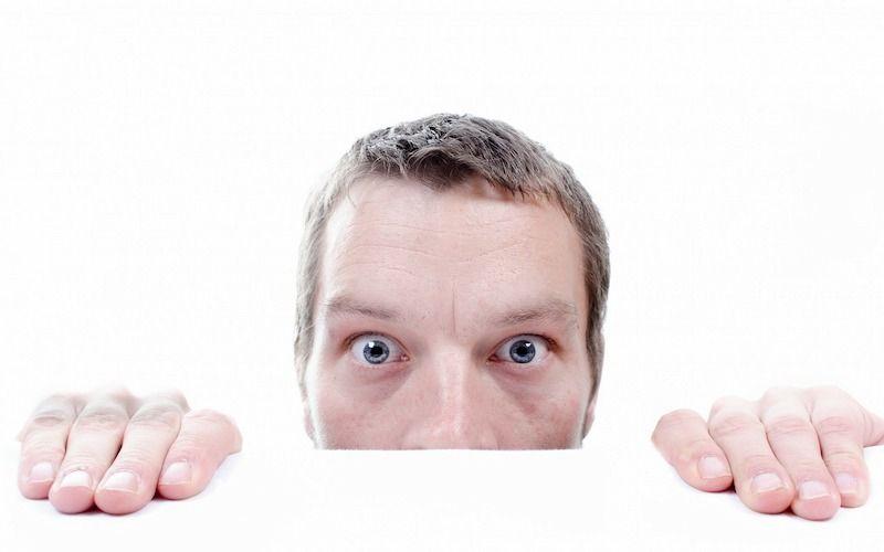 Persona preocupada sin saber la diferencia entre manía y obsesión