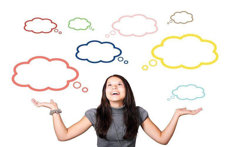 Persona con globos de pensamientos dibujados alrededor representado las autoinstrucciones