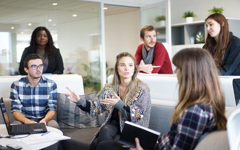 Personas reunidas en grupo trabajando para mejorar la comunicación
