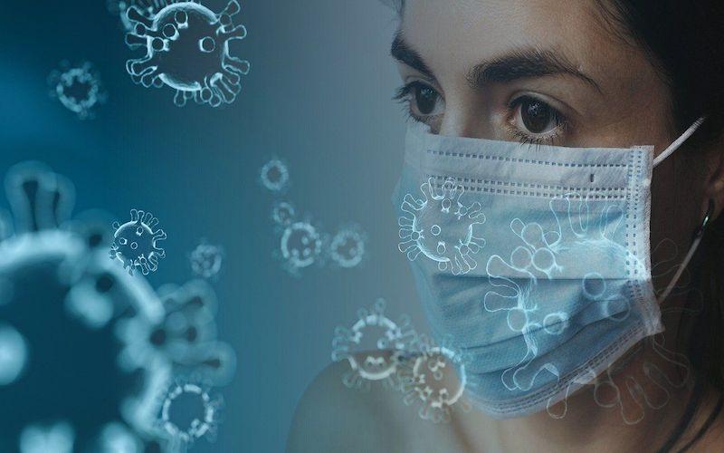 persona con mascarilla puesta sufriendo los efectos psicológicos confinamiento