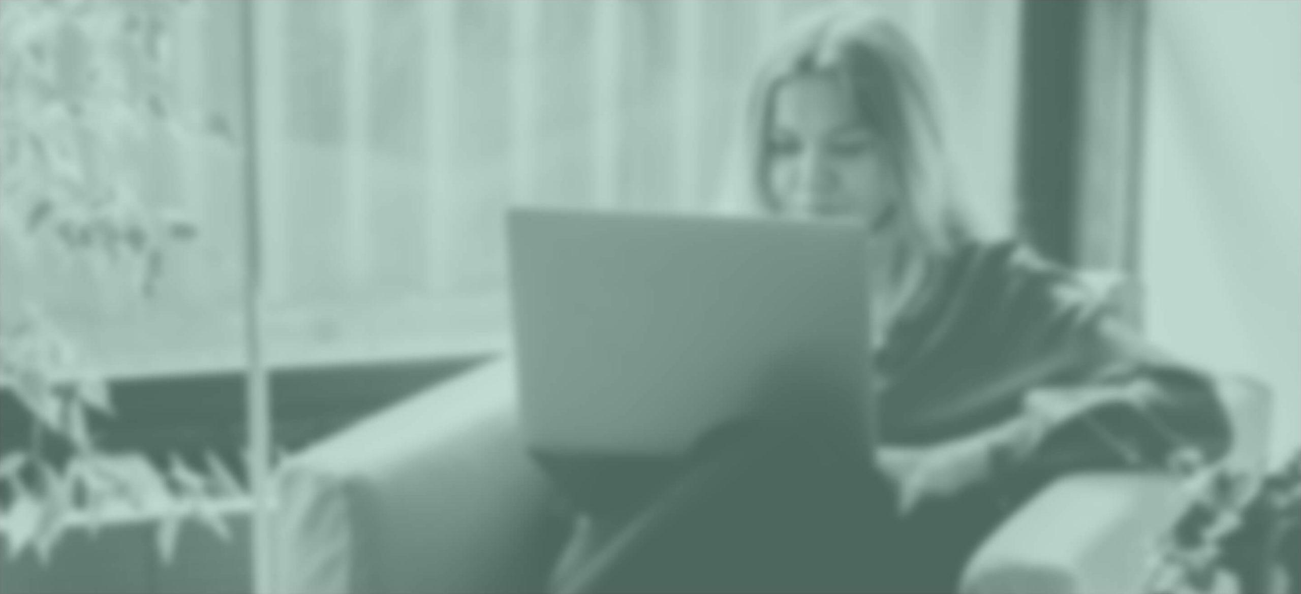 Chica con ordenador portátil para consulta con psicólogo online