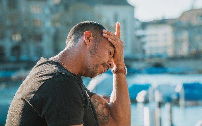 persona con las manos en la cabeza por ansiedad anticipatoria
