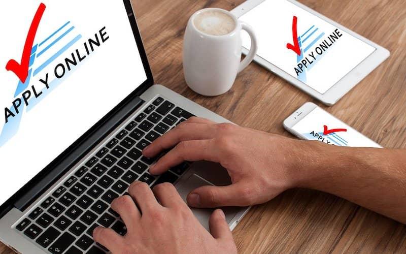 Persona ante el teclado de un ordenador gestionando la ansiedad y depresión por desempleo