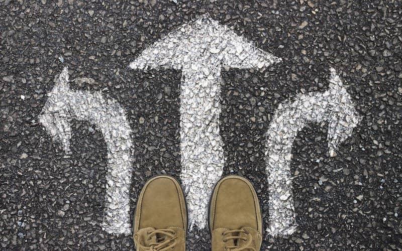 persona con incertidumbre ante que camino tomar