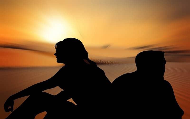 Personas separadas con el son de fondo padeciendo ansiedad por separación