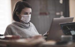 persona padeciendo fatiga pandemica mientras esta teletrabajando